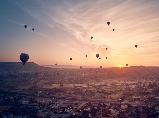 Hete luchtballon in cappadocië op de zonsopgang
