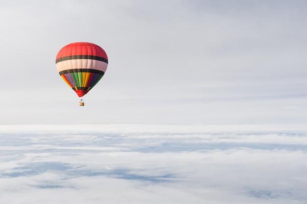 Hete luchtballon in hemel en wolk