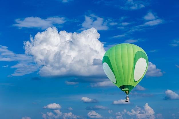 Hete luchtballon met blauwe hemel