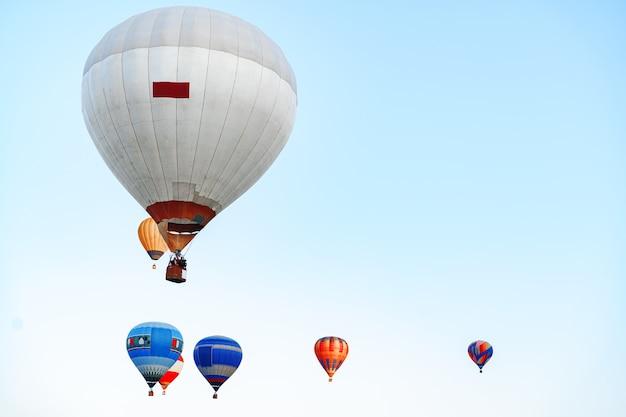 Hete luchtballon met mand die in de lucht vliegt