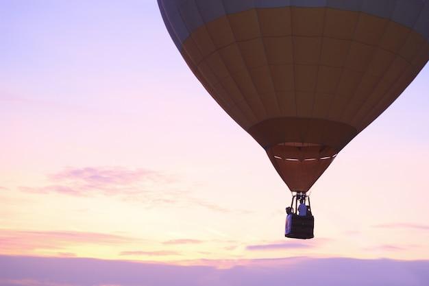 Hete luchtballon met zonsondergang