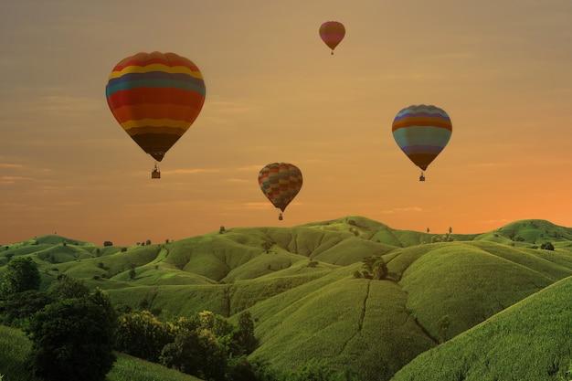 Hete luchtballon op de achtergrond van de hemelzonsondergang voor ontwerp