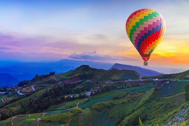 Hete luchtballon op mooie berg