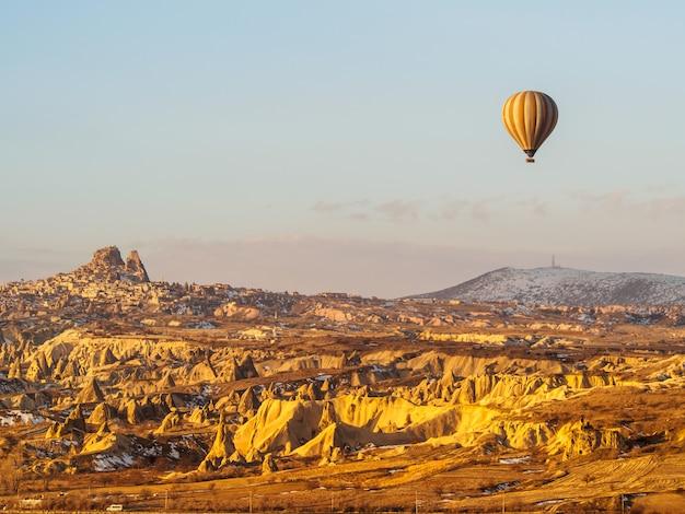 Hete luchtballons die over de berg in het nationale park turkije van cappadocia goreme vliegen