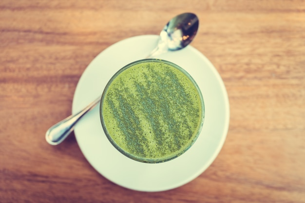 Hete matcha groene thee latte kop
