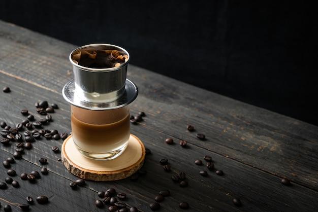 Hete melkkoffie druipend in vietnam-stijl - saigon of vietnamese koffie