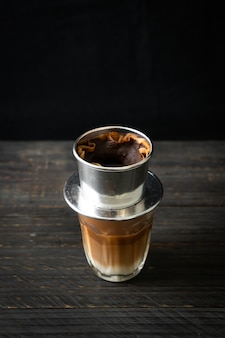 Hete melkkoffie druipt in vietnam-stijl - saigon of vietnamese koffie