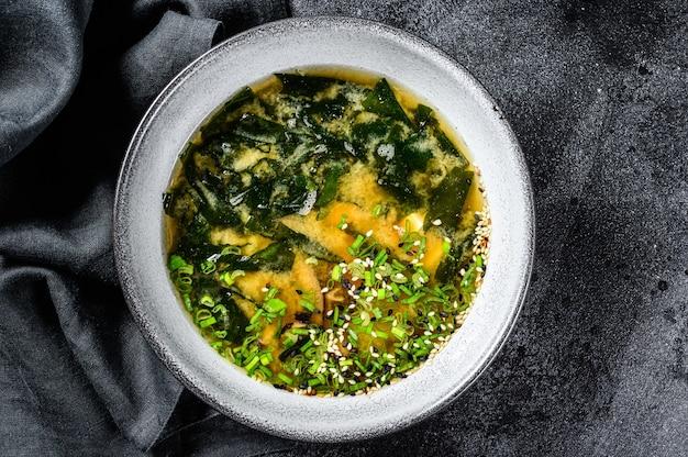 Hete miso-soep in een kom