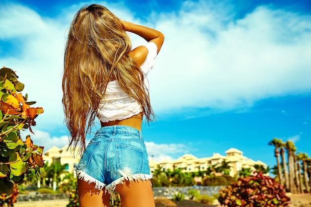 Hete mooie jonge blonde vrouw mannequin in zomer hipster kleding