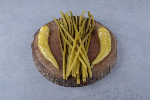 Hete peper en groentestok op een houten bord