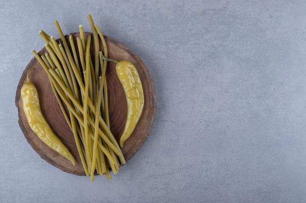 Hete peper en plantaardige groentestick op een houten bord