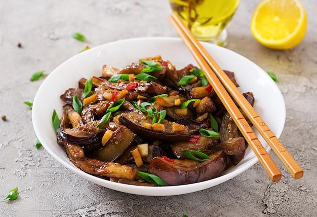 Hete pittige stoofpot aubergine in koreaanse stijl met groene ui. aubergine saute. veganistisch eten