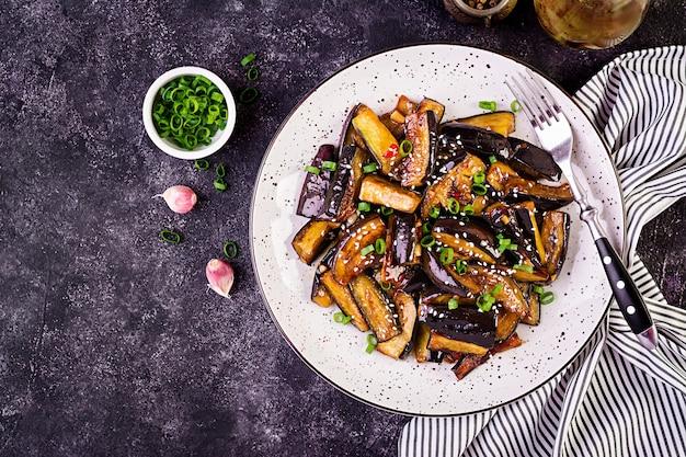 Hete pittige stoofpot aubergine in koreaanse stijl met groene ui. aubergine saute
