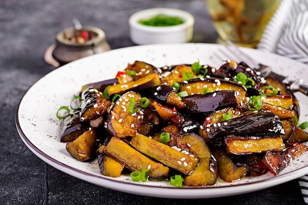 Hete pittige stoofpot aubergine in koreaanse stijl met groene ui