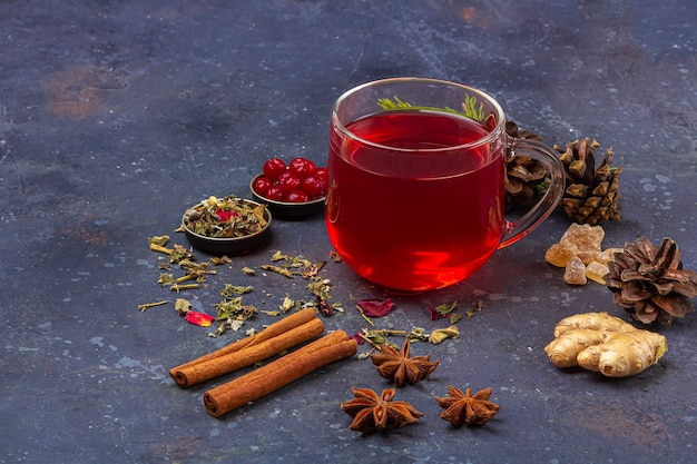 Hete, pittige zelfgemaakte drank van kerstmis. glühwein, wijn cranberry punch of sangria met veenbessen en sinaasappel voor kerstfeest. wintervakantie, nieuwjaar concept. detailopname