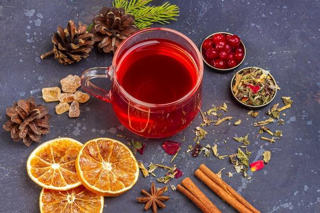 Hete, pittige zelfgemaakte drank van kerstmis. glühwein, wijn cranberry punch of sangria met veenbessen en sinaasappel voor kerstfeest. wintervakantie, nieuwjaar concept. sluit omhoog, kopieer ruimte voor tekst
