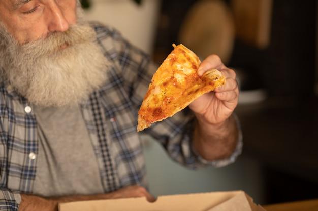 Hete pizzaplak met smeltende kaas. lunch of diner heerlijk eten italiaanse traditionele op houten tafel in zijaanzicht. selectieve aandacht.