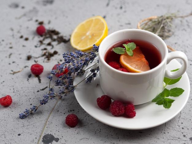 Hete rode bessenthee met framboos en citroen en lavendel