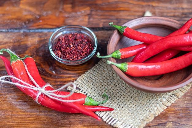 Hete rode chili pepers op een houten oppervlak. pittig additief in gerechten.