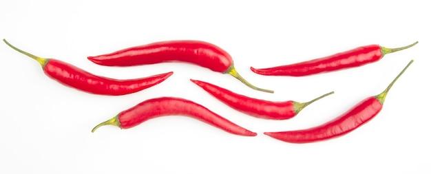 Hete rode verse peper op een witte achtergrond. vitamine voedsel