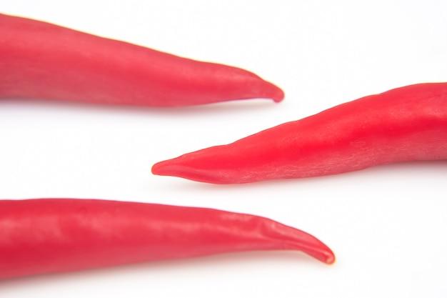 Hete rode verse peper op een witte achtergrond