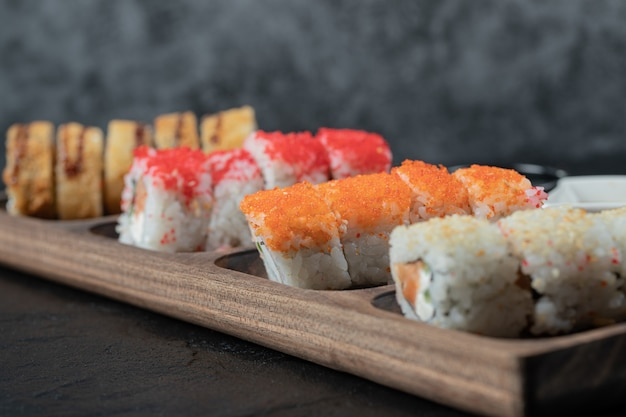 Hete sushi op een houten bord met gemengde ingrediënten.