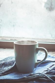 Hete thee in de pot bij het raam. selectieve aandacht.