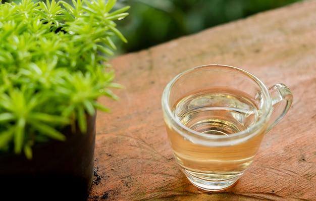 Hete thee in een helder glas op tafel geplaatst in het midden van de natuurlijke sfeer