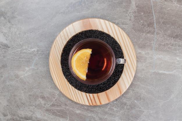 Hete thee met citroen op houten plaat