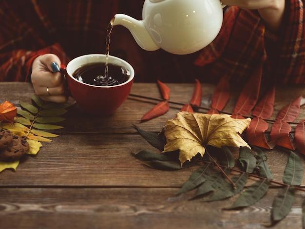 Hete thee op een koude herfstdag. warmte en gezelligheid. rookkanaal en koude behandeling concept