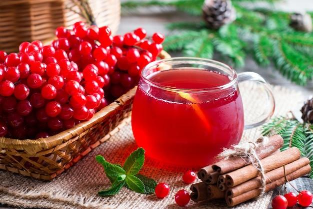 Hete thee viburnum. thee viburnum in een glazen beker op een tafel