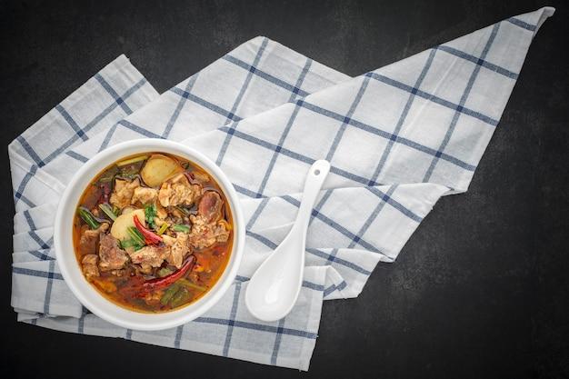 Hete tom yum-soep met lepel
