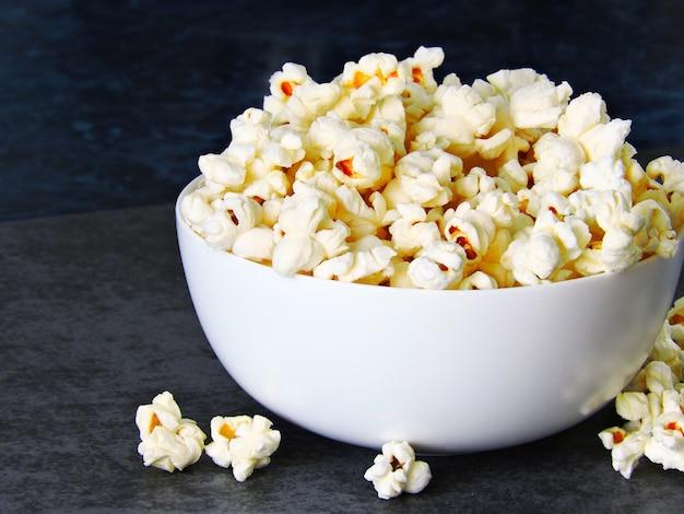Hete zelfgemaakte popcorn.