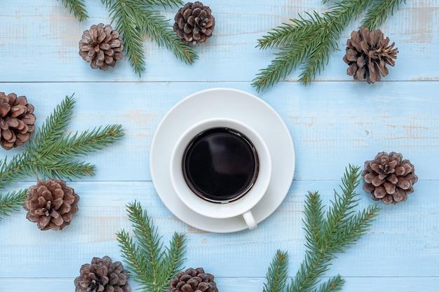 Hete zwarte koffiekop met kerstmisdecoratie, gelukkig nieuwjaar en kerstmisvakantie