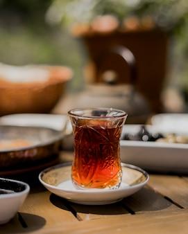 Hete zwarte thee in armudu-glas