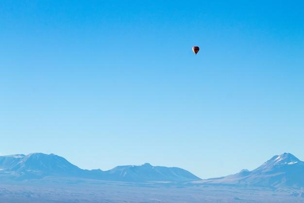 Heteluchtballon boven chileens andes. minimaal landschap