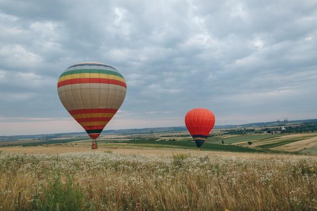 Heteluchtballon boven het groene rijstveld. samenstelling van de natuur en de blauwe lucht