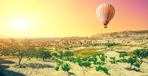 Heteluchtballon vliegt over spectaculair cappadocië