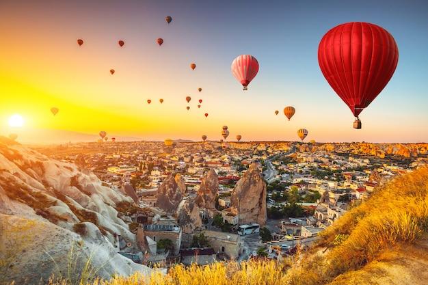 Heteluchtballonnen boven cappadocië. natuurlijke achtergrond