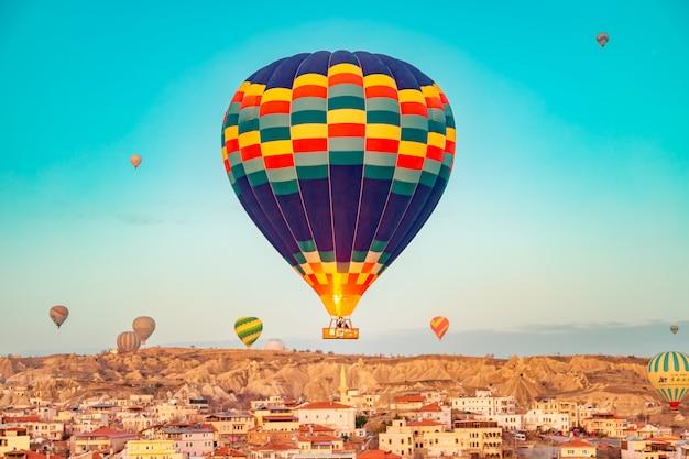 Heteluchtballonnen in de lucht boven cappadocië.