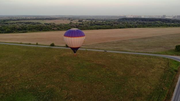 Heteluchtballonnen in ryazan, rusland 18 juli 2021. kleurrijke heteluchtballonepische vliegen over de mist bij zonsopgang met prachtige hemelachtergrond. luchtfoto drone op grote hoogte weids uitzicht