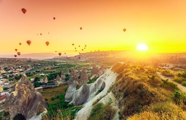 Heteluchtballonnen vliegen over spectaculair cappadocië