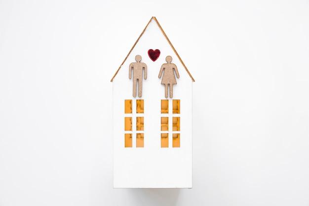 Heteroseksueel paar op speelgoedhuis