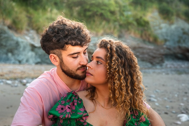 Heteroseksueel paar zoenen in een rotsachtige baai in baskenland.