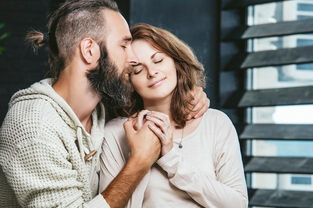 Heteroseksuele paren jonge mooie man en vrouw op bed in de slaapkamer thuis Premium Foto