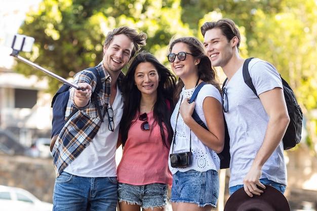 Heupvrienden die selfie in openlucht nemen