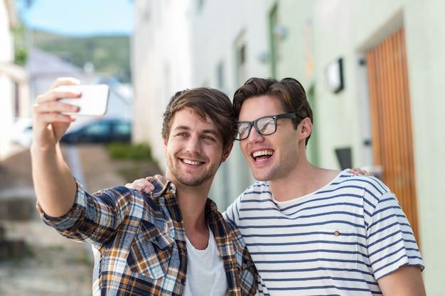 Heupvrienden die selfie op straat nemen