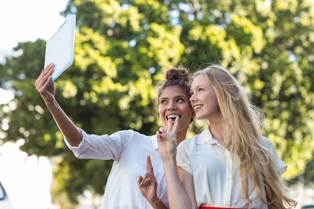 Heupvrienden nemen selfies met tablet in de straten