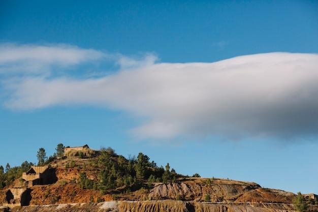 Heuvel en grote wolk