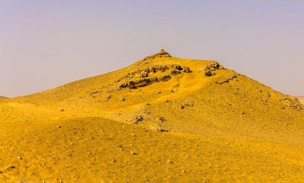 Heuvel in de sahara bij gizeh, egypte